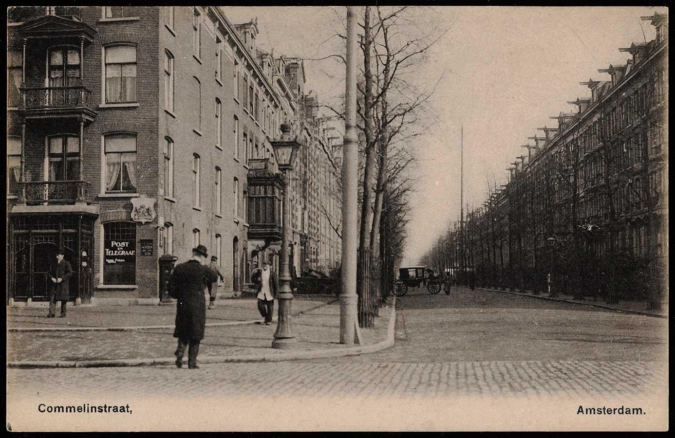 Commelinstraat in 1900. Man in lange jas steekt Linnaeusstraat over richting Commelinstraat. Verderop in de straat staat een koets overdwars.