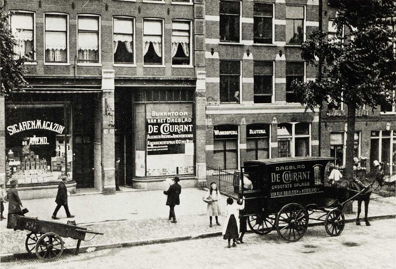 Oude foto Commelinstraat met koets voor de deur van bijkantoor De Courant, links sigarenmagazijn