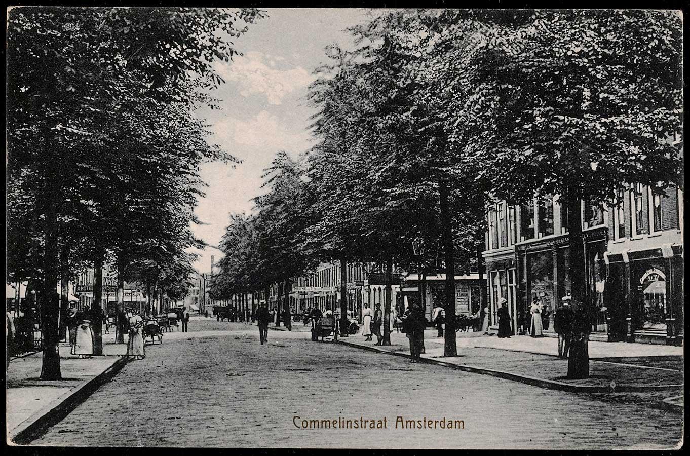 Oude foto van Commelinstraat waarop vooral voetgangers en de bomenpartijen te zien is