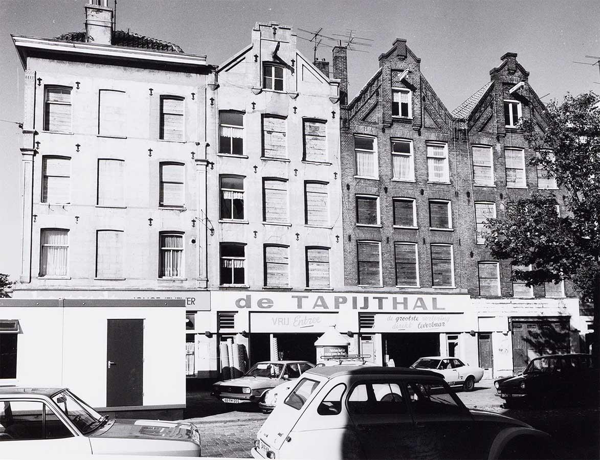 Huizenrij met ingang De Tapijthal in 1978