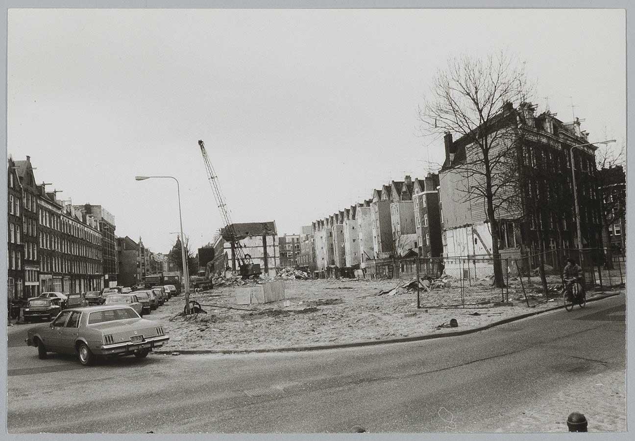 Foto vanaf Pontanusstraat genomen. Laatste rij huizen volledig weg, hijskraan op terrein, achtergevels van Von Zesenstraat zichtbaar