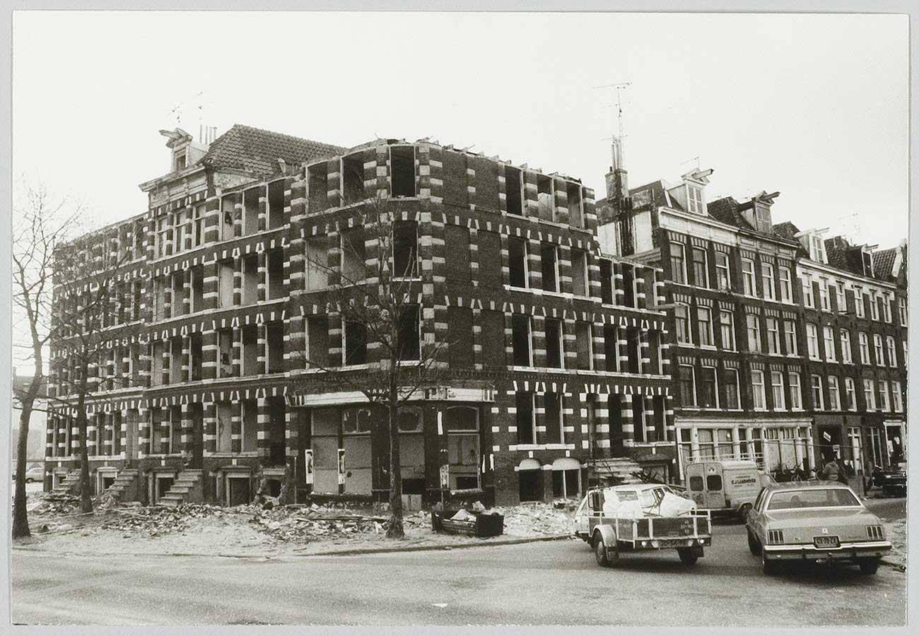 Bouwvallig hoekpand zonder ramen Commelinstraat/Pontanusstraat