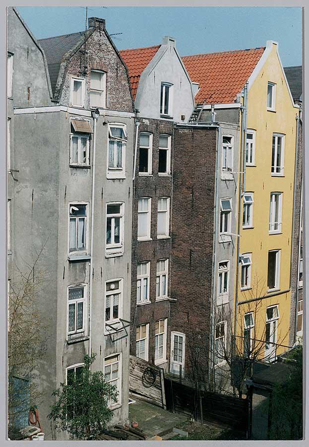 Vervallen achterzijde van Commelinstraat 46-52 in 1990