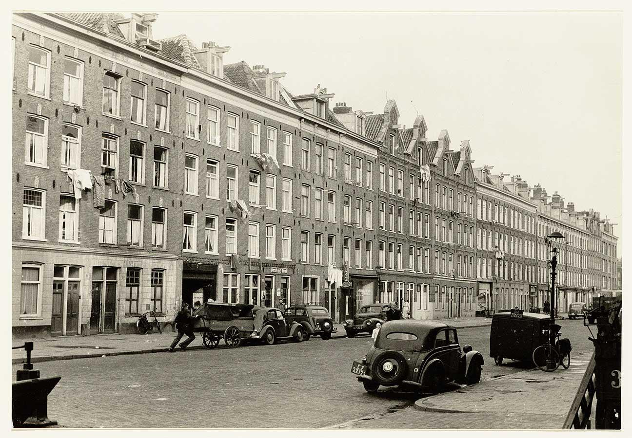 Zwart-wit foto Commelinstraat-81-123 met (nu) oldtimers in de straten geparkeerd
