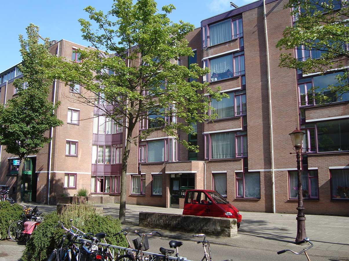 Appartementencomplex einde Commelinstraat voordat kozijnen wit werden geschilderd