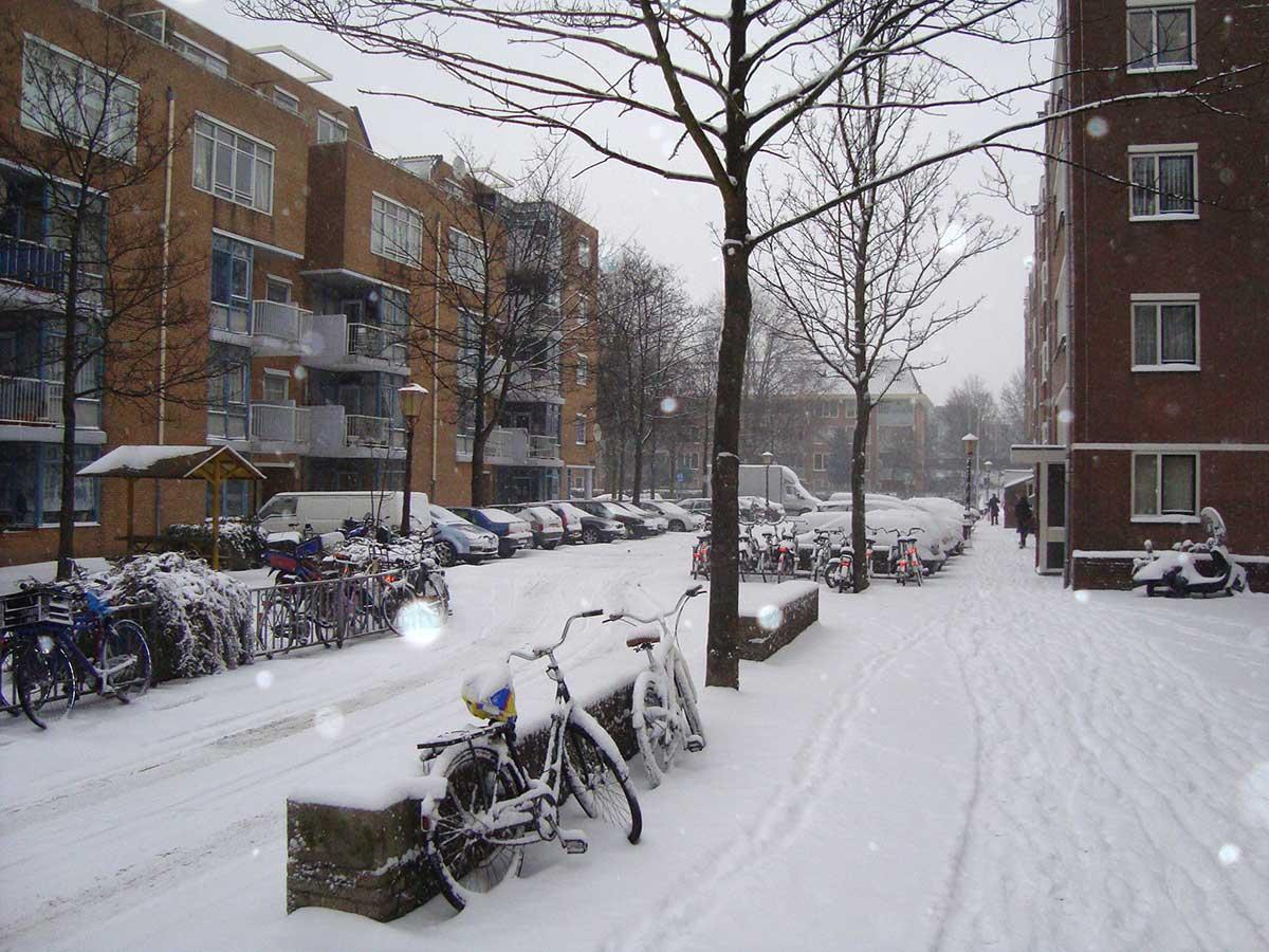 Einde van Commelinstraat in de sneeuw, uitzicht op roomtuintjes