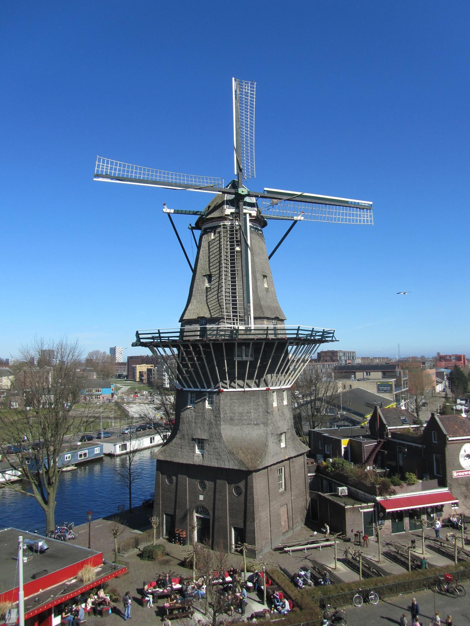 Molen de Gooyer vanaf hoog punt gefotografeerd met deel cafe Langedijk en deel brouwerij 't IJ