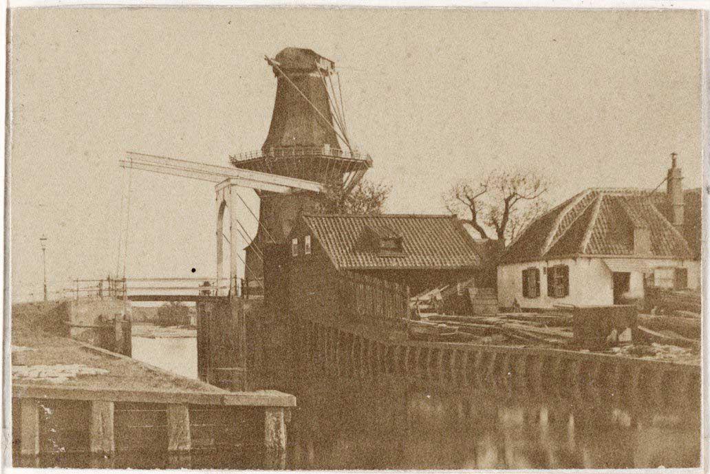 De Gooyer met op de voorgrond scheepstimmerwerf De Dageraad met links klapbrug 78.