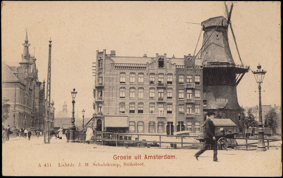 Briefkaart met wandelend persoon, rechts molen, links Funenkerk