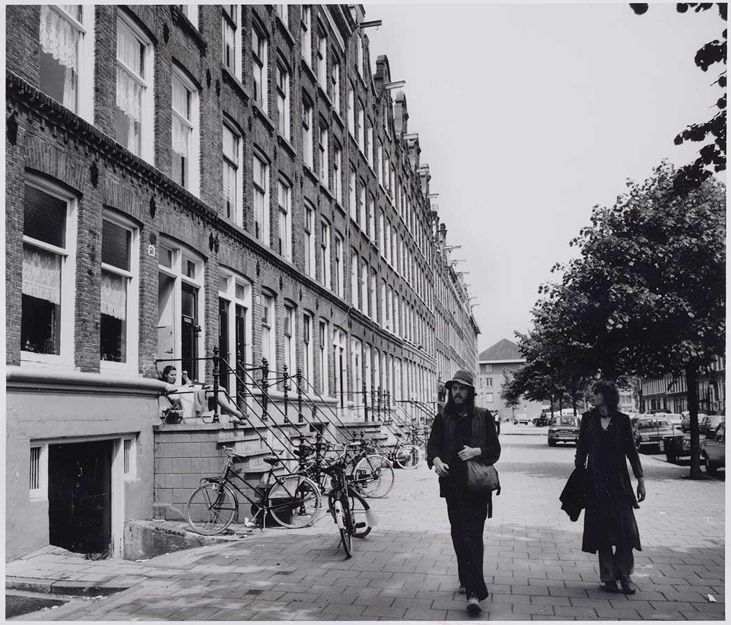Twee voetgangers op ruimte stoep in Commelinstraat in 1978