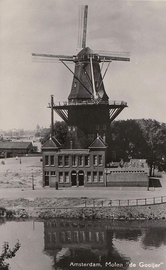 Oude foto vanaf hoog punt genomen met De Gooyer en badhuis op de voorgrond (aan Zeeburgerpad), links van badhuis kale vlakte