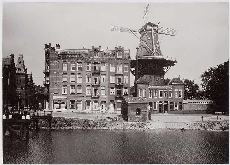 Foto met zicht op Zeeburgerpad met De Gooyer, Gemeente badhuis met gebouw ernaast en stukje van Funenkerk