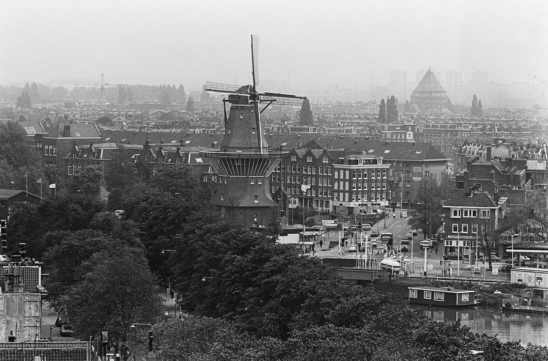 Panoramafoto vanaf Oosterker met in het midden molen de Gooyer (1983)