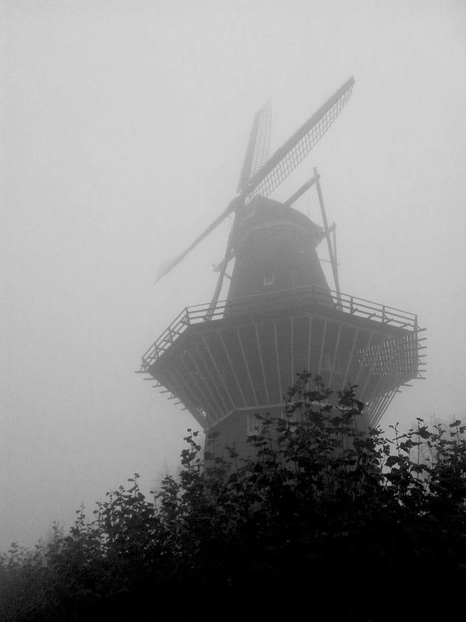De Gooyer van onder gefotografeerd in dikke mist
