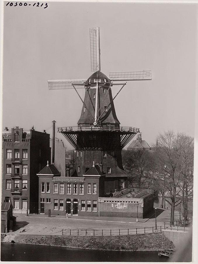 Oude foto van de Gooyer vanaf hoog punt genomen met op voorgrond badhuis en achtergrond Oosterkerk