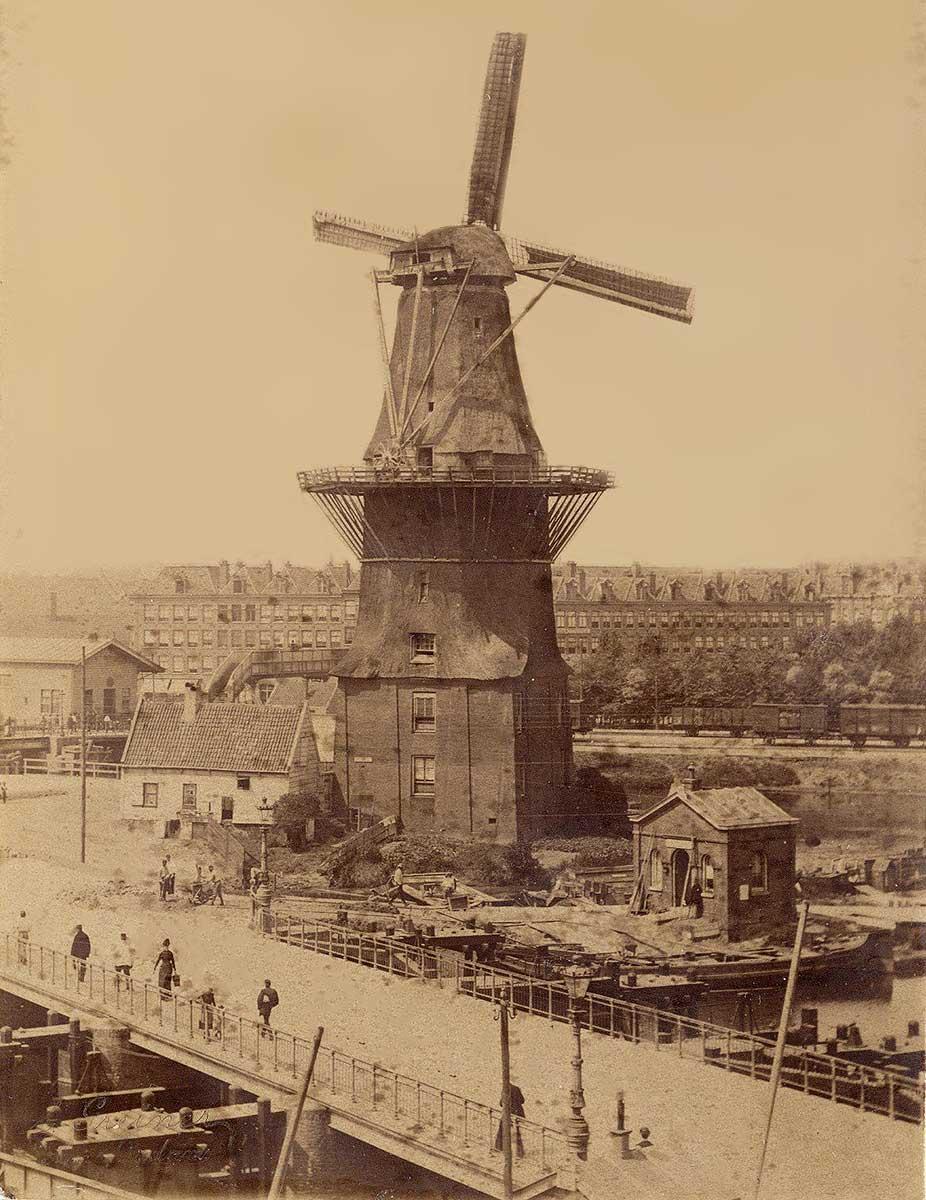Oude foto van hoogpunt genomen van de Gooyer nog voor het gemeente badhuis er stond. Foto van voor 1890
