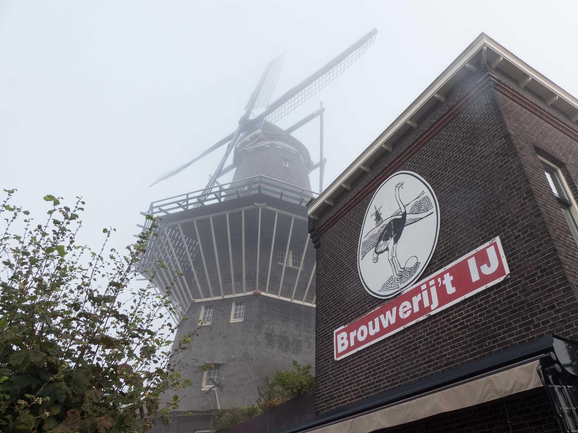 De Gooyer met stukje brouwerij 't ij (logo zichtbaar) in de mist