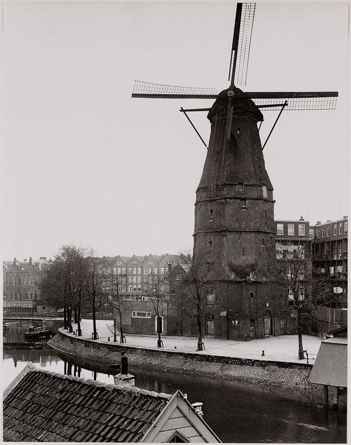 Oude zwart-wit foto Molen de Gooyer met zicht op kade