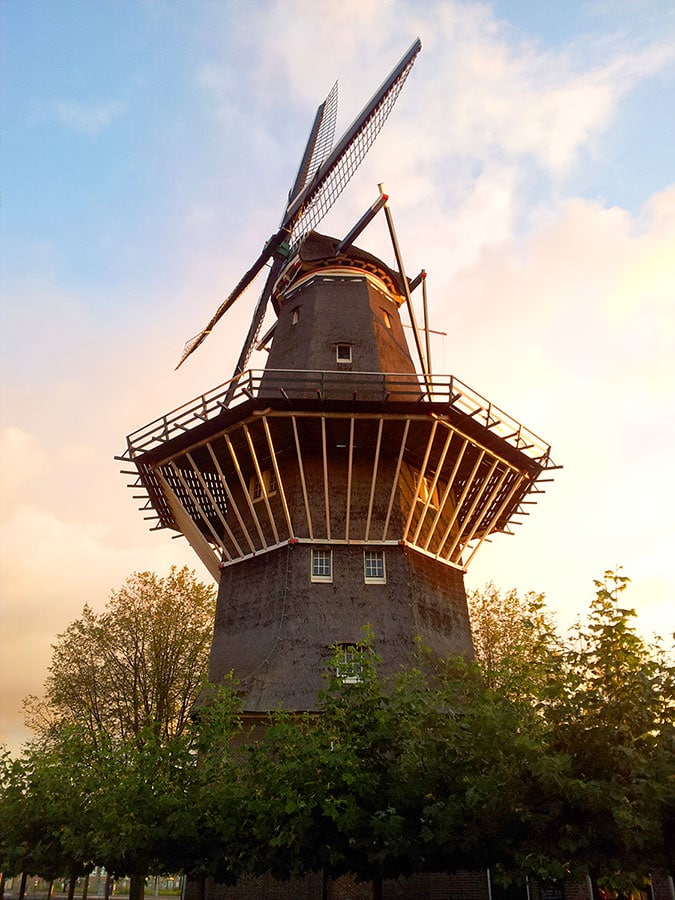 Molen de Gooyer in ochtendzon
