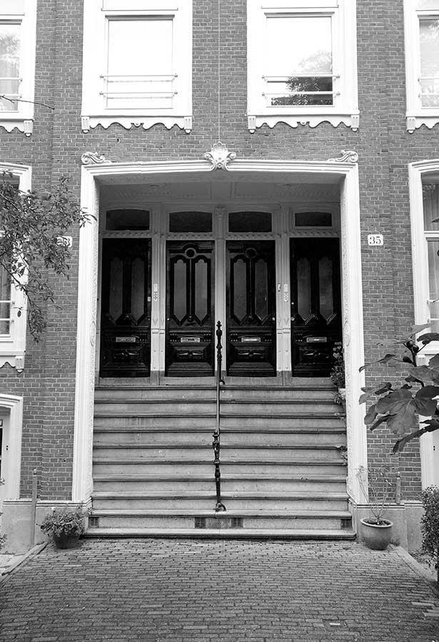 Brede trap naar vier voordeuren in de Commelinstraat