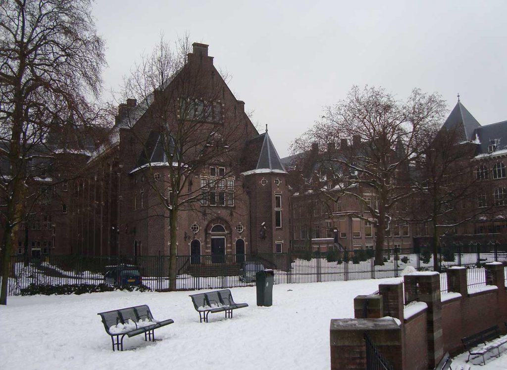 Achterkant Koloniaal Instituut voor de Tropen in besneeuwd Oosterpark