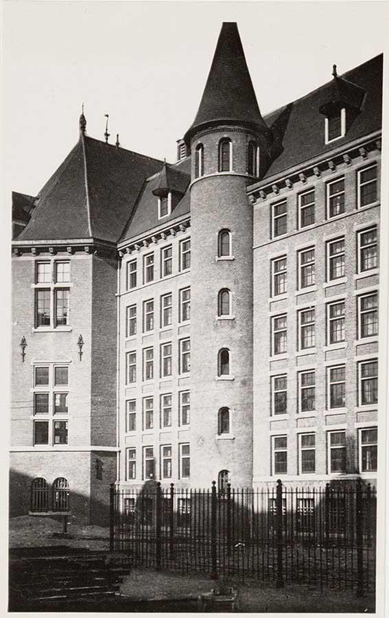 Cylindervormige toren aan achterzijde KIT rond ca 1930