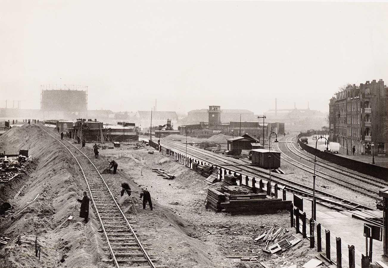 Afbraak oude Muiderpoortstation, op achtergrond bouw nieuwe Muiderpoortstation