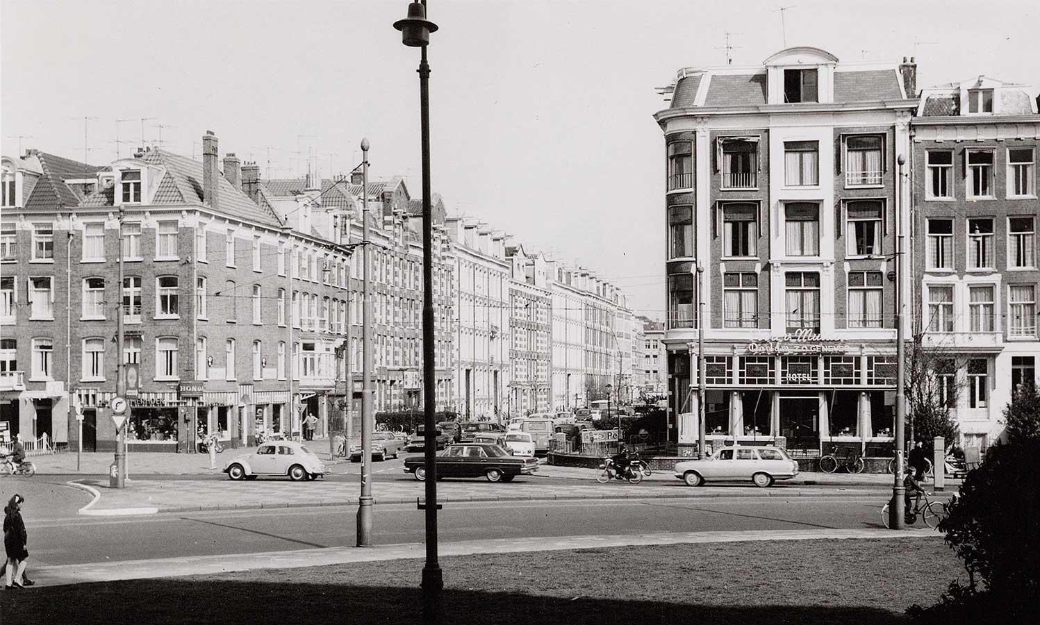 Commelinstraat gezien vanaf overkant Linnaeusstraat. Zicht op Poort van Muiden (thans Louie Louie)