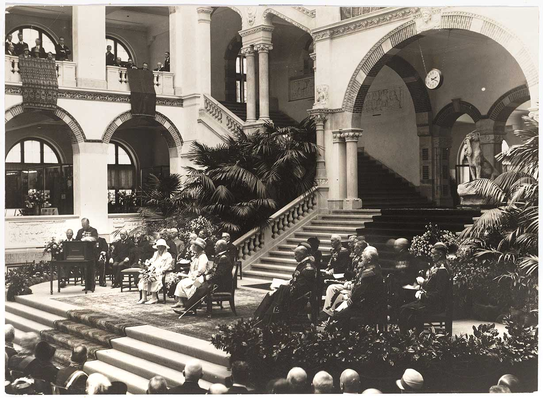 Koningin Whilelmina in grote zaal KIT tijdens opening