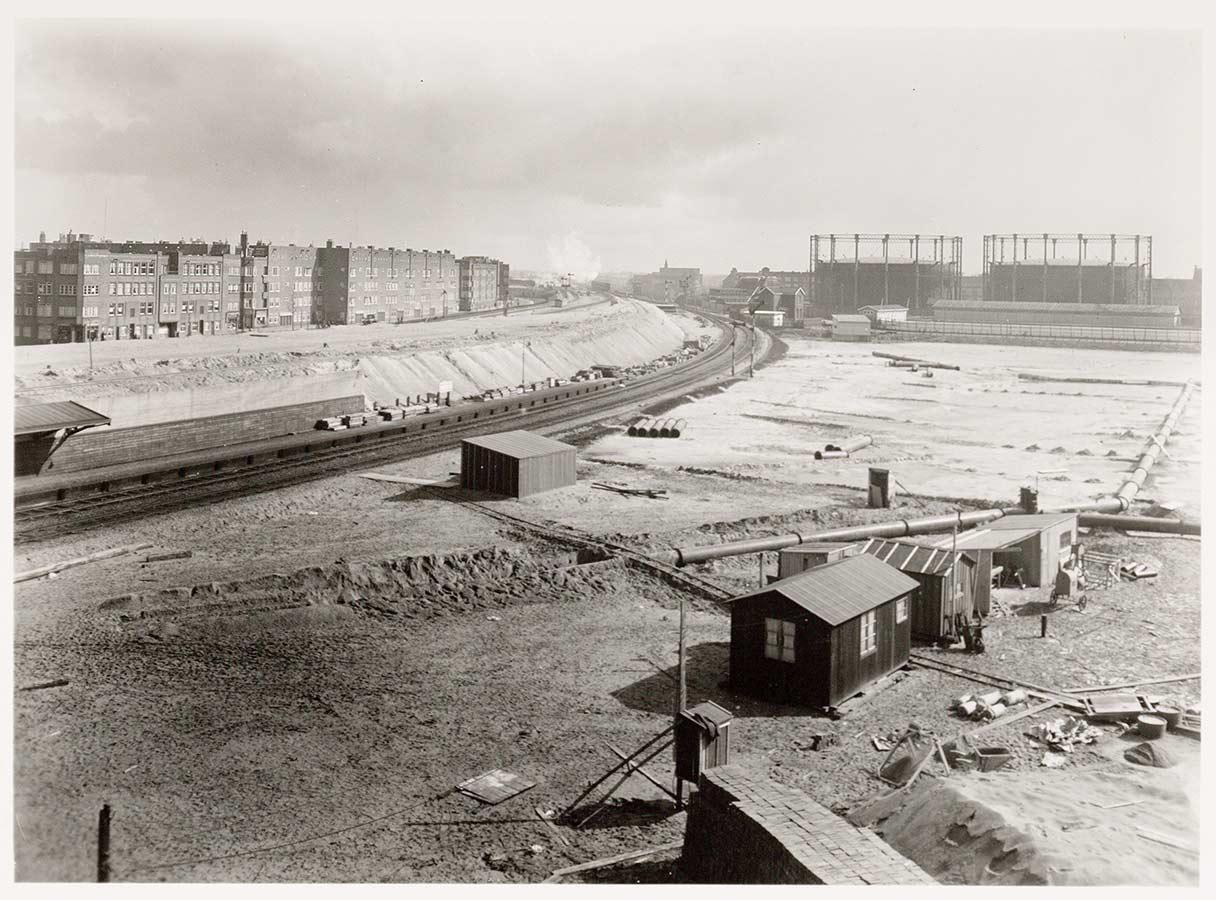 Bouwterrein van het nieuwe Muiderpoortstation met op achtergrond Oostergasfabriek.