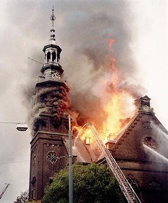 Muiderkerk in brand