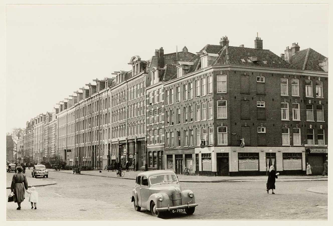 Oude foto van Commelinstraat 1-61 gezien vanaf de Dapperstraat (rond de jaren 40-50?)