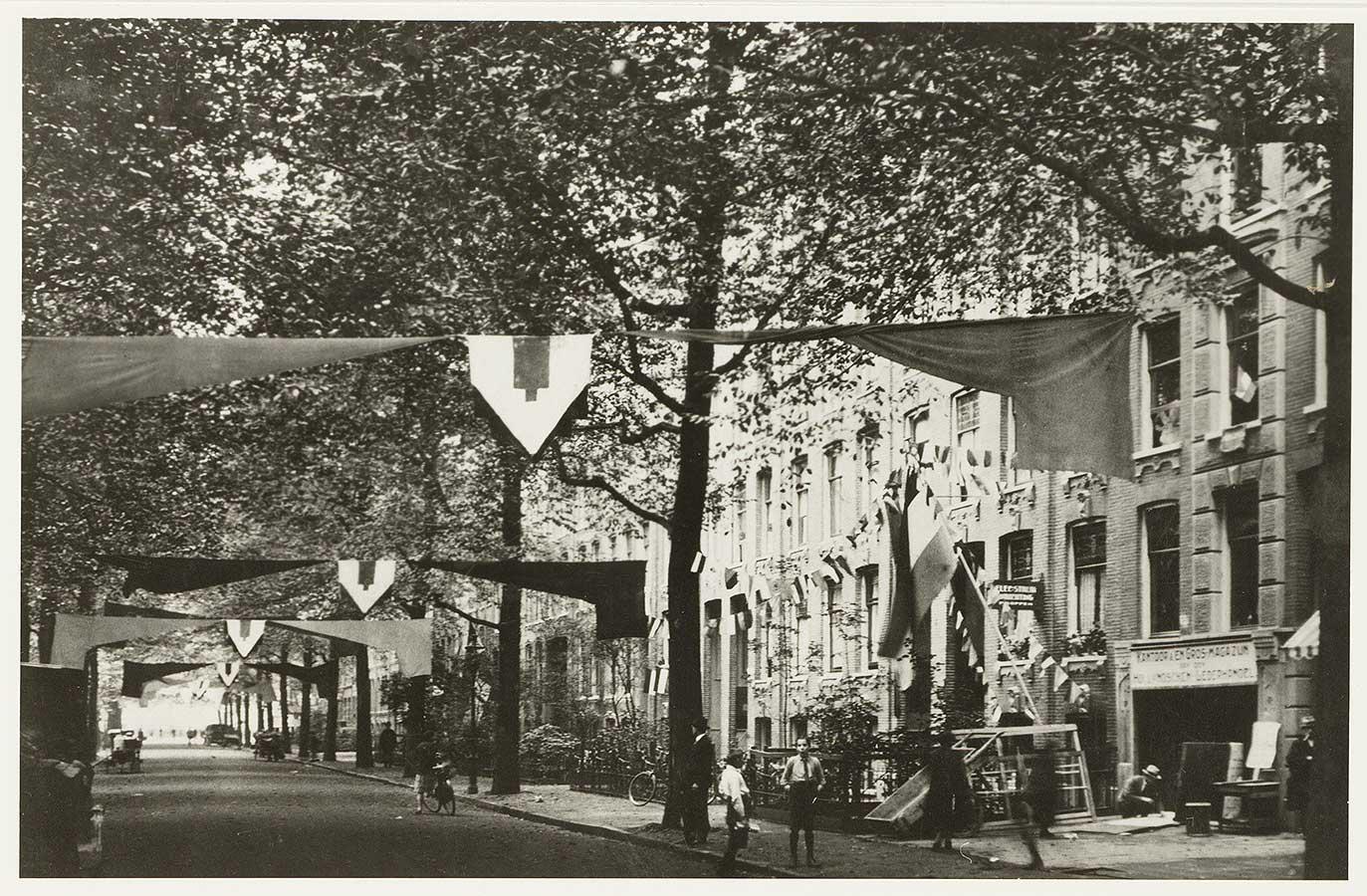 Vlaggen en versieringen boven de straat en aan de gevels