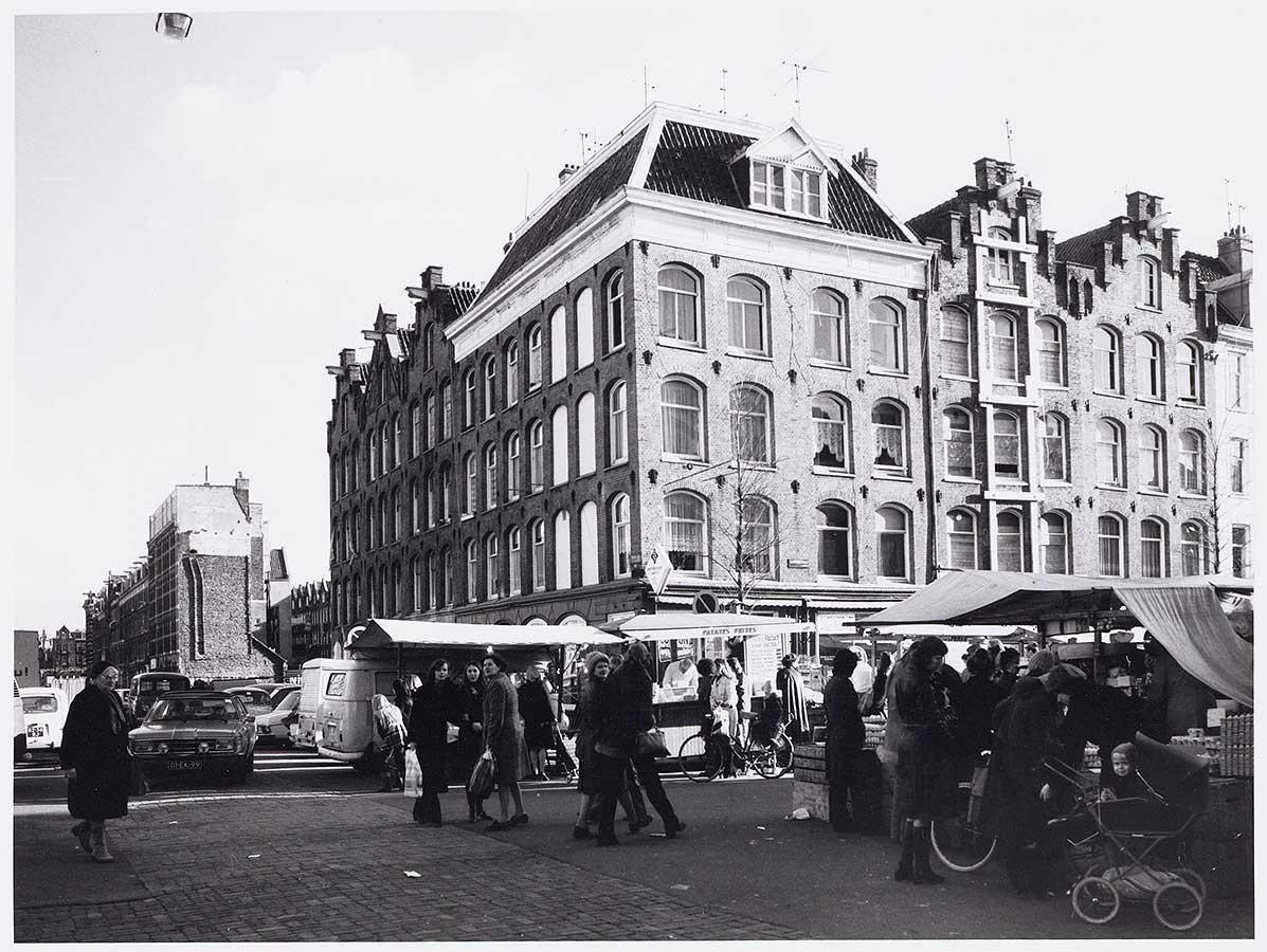 Commelinstraat hoek Dapperstraat met markt. Deel huizenrij in Commelinstraat gesloopt.