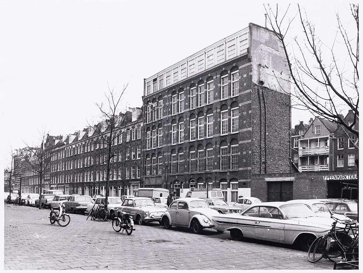 Oude panden aan Commelinstraat (oostzijde) die later gesloopt werden. Deel is al gesloopt waardoor een deel van achterzijde Wagenaar te zien is.