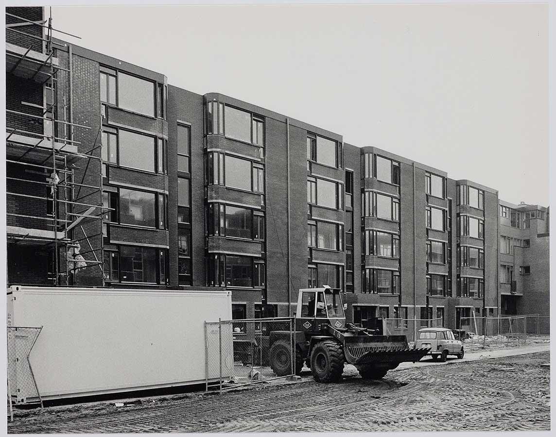 Bouwwerkzaamheden nieuwbouw Commelinstraat met opgenbroken weg en bulldozer