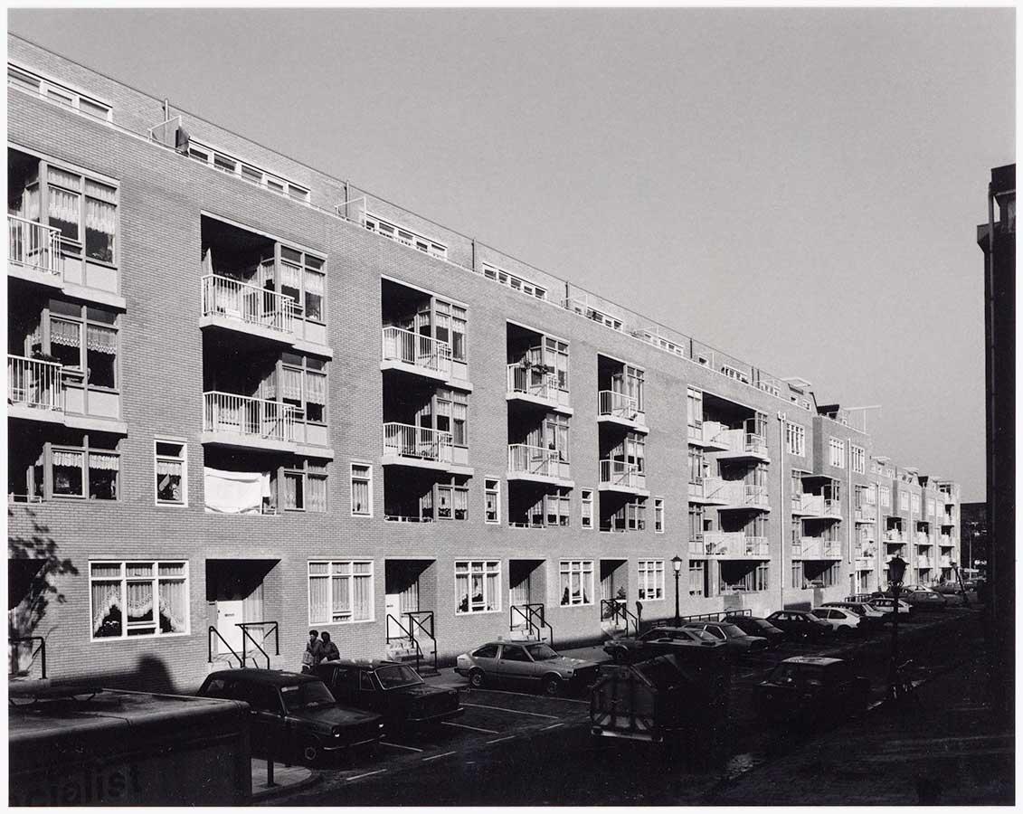 Nieuwbouw aan linkerzijde aan de oost-kant van de Commelinstraat