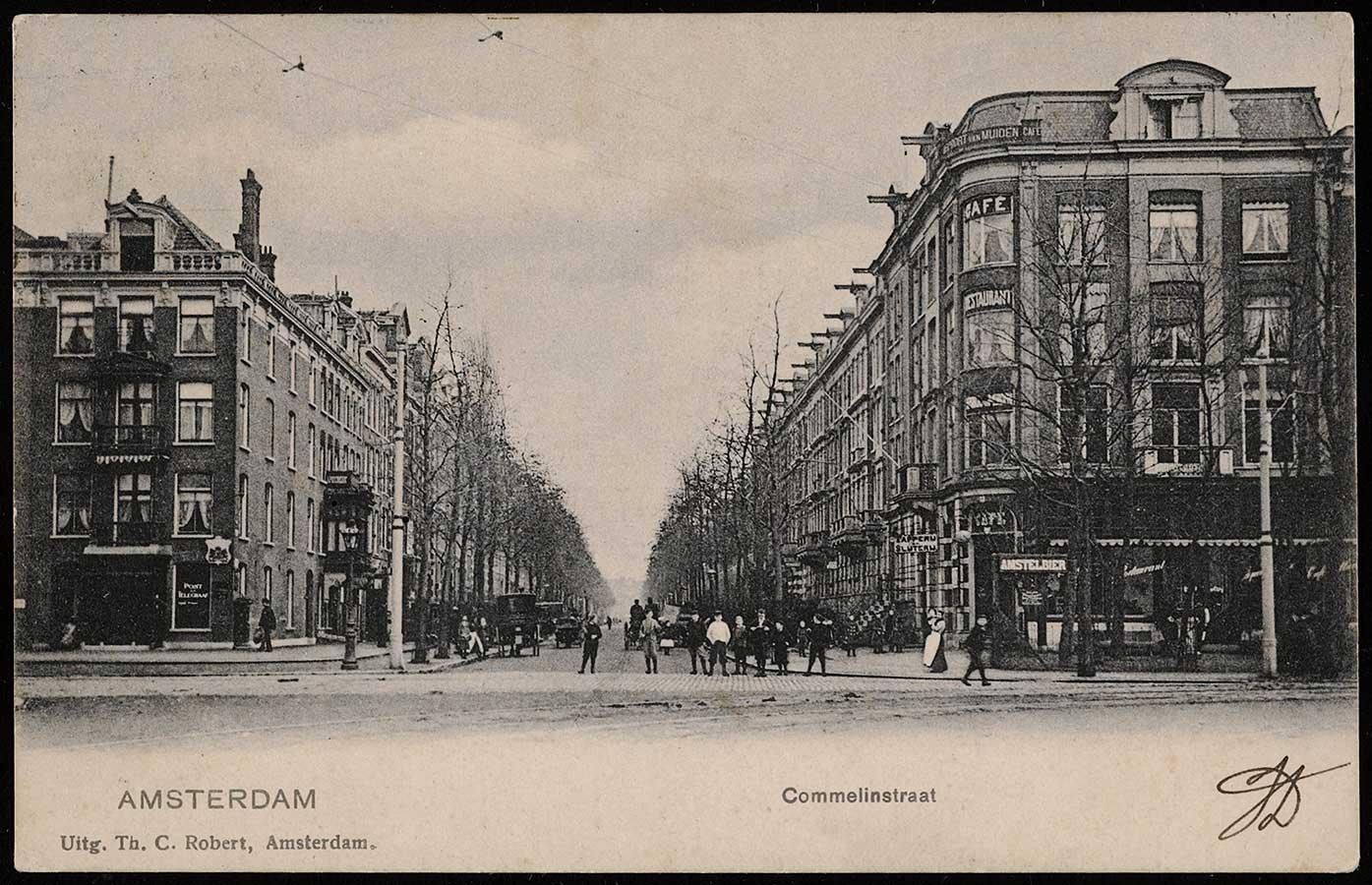 Begin Commelinstraat vanaf Linnaeusstraat gefotografeerd. Aantal kinderen op rij poseren
