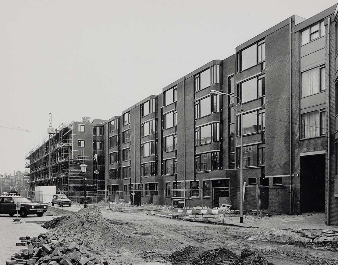 Nieuwbouw aan einde Commelinstraat rechterkant. Gedeelte aan het einde nog in de steigers, straat ligt nog open.