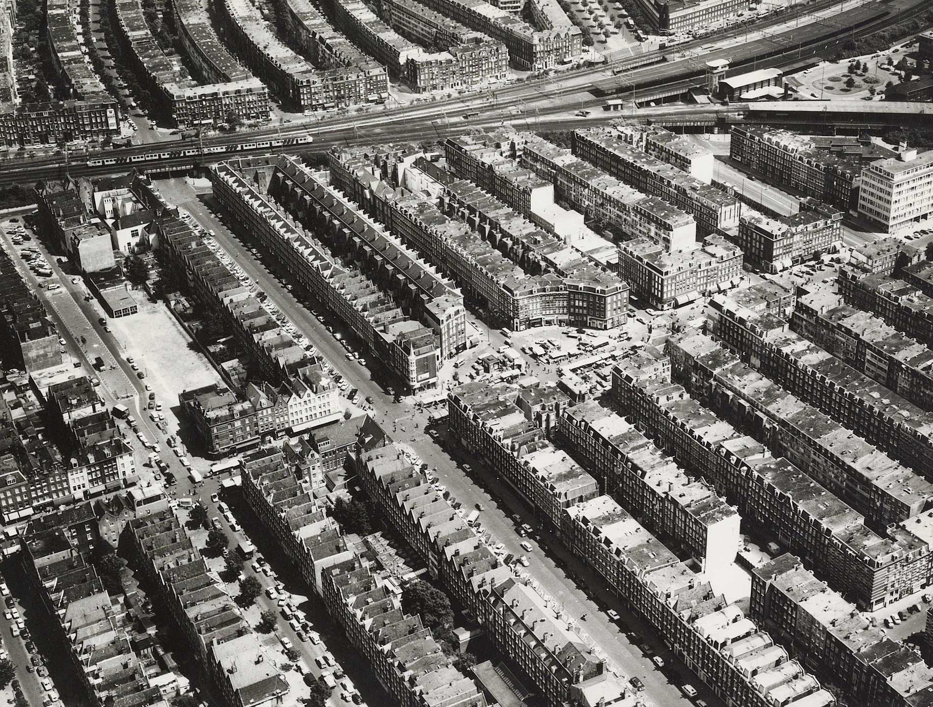 Luchtfoto met zicht op Dapperplein zuid-westelijke richting