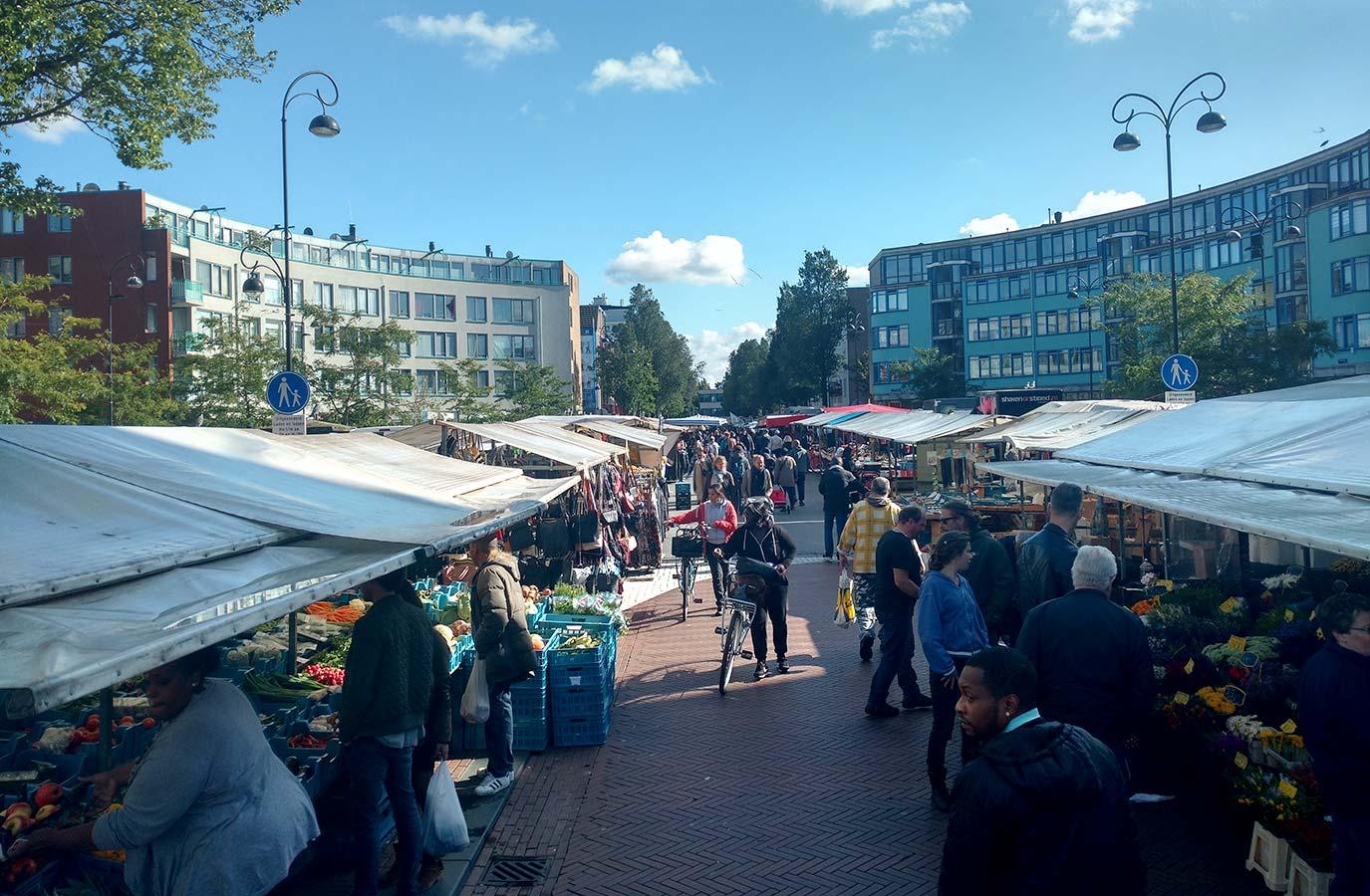 Dapperplein gezien vanaf Eerste van Swindenstraat. Gezichtspunt steekt net boven marktkramen uit.