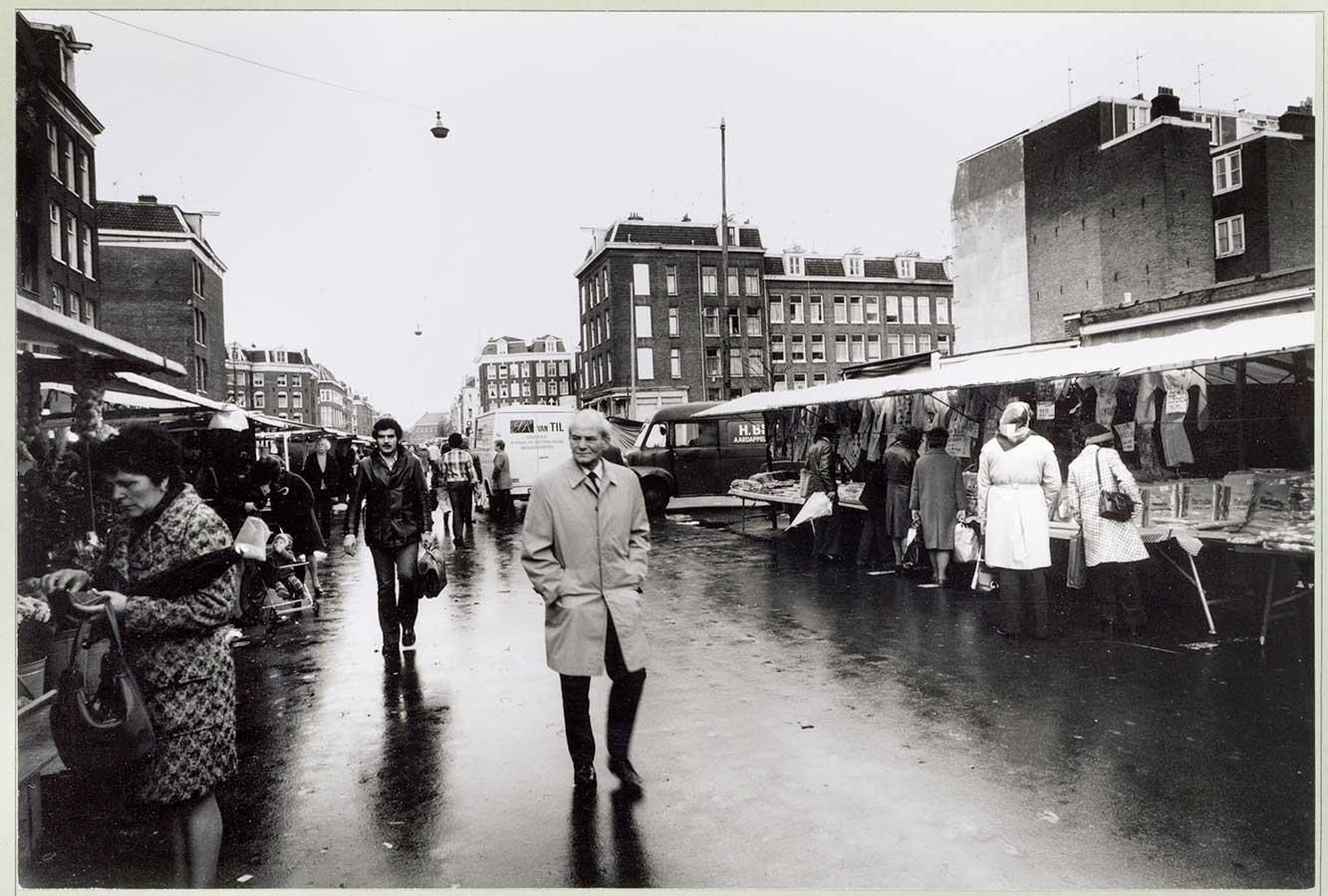 Dappermarkt op een regenachtige dag
