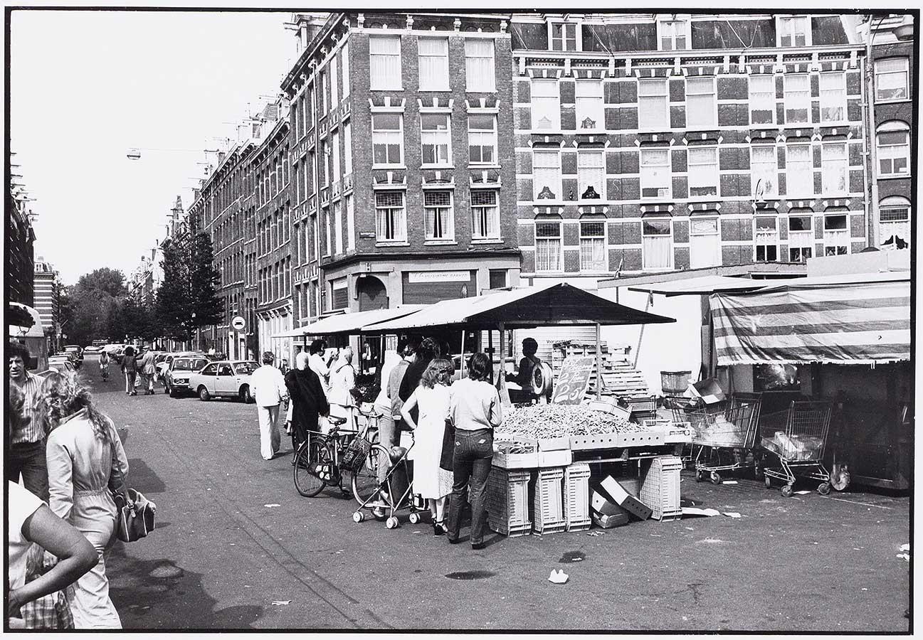 Mensen bij een kraampje op het Dapperplein