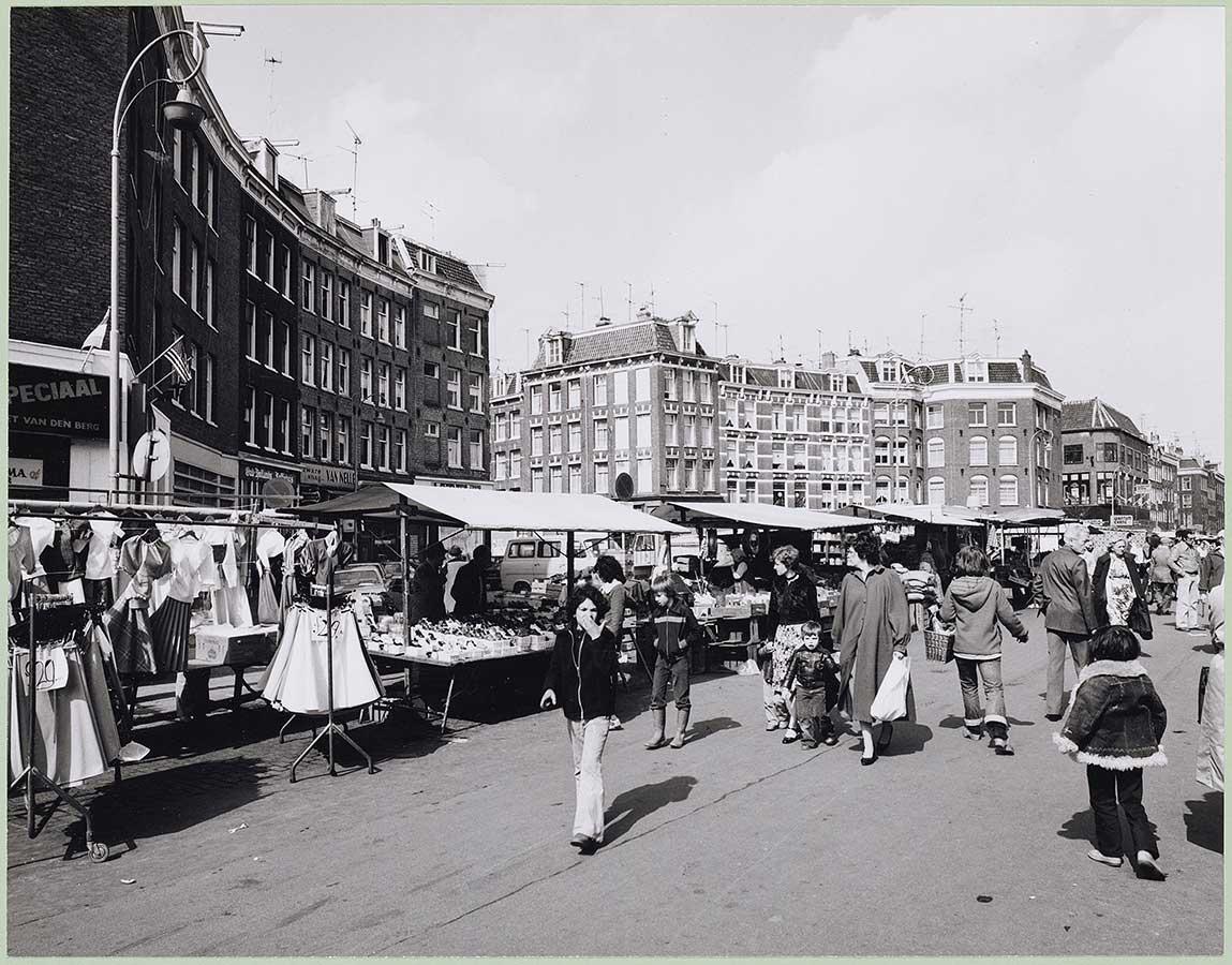 Dapperplein met Dappermarkt. Verschillende bezoekers en kraampjes.
