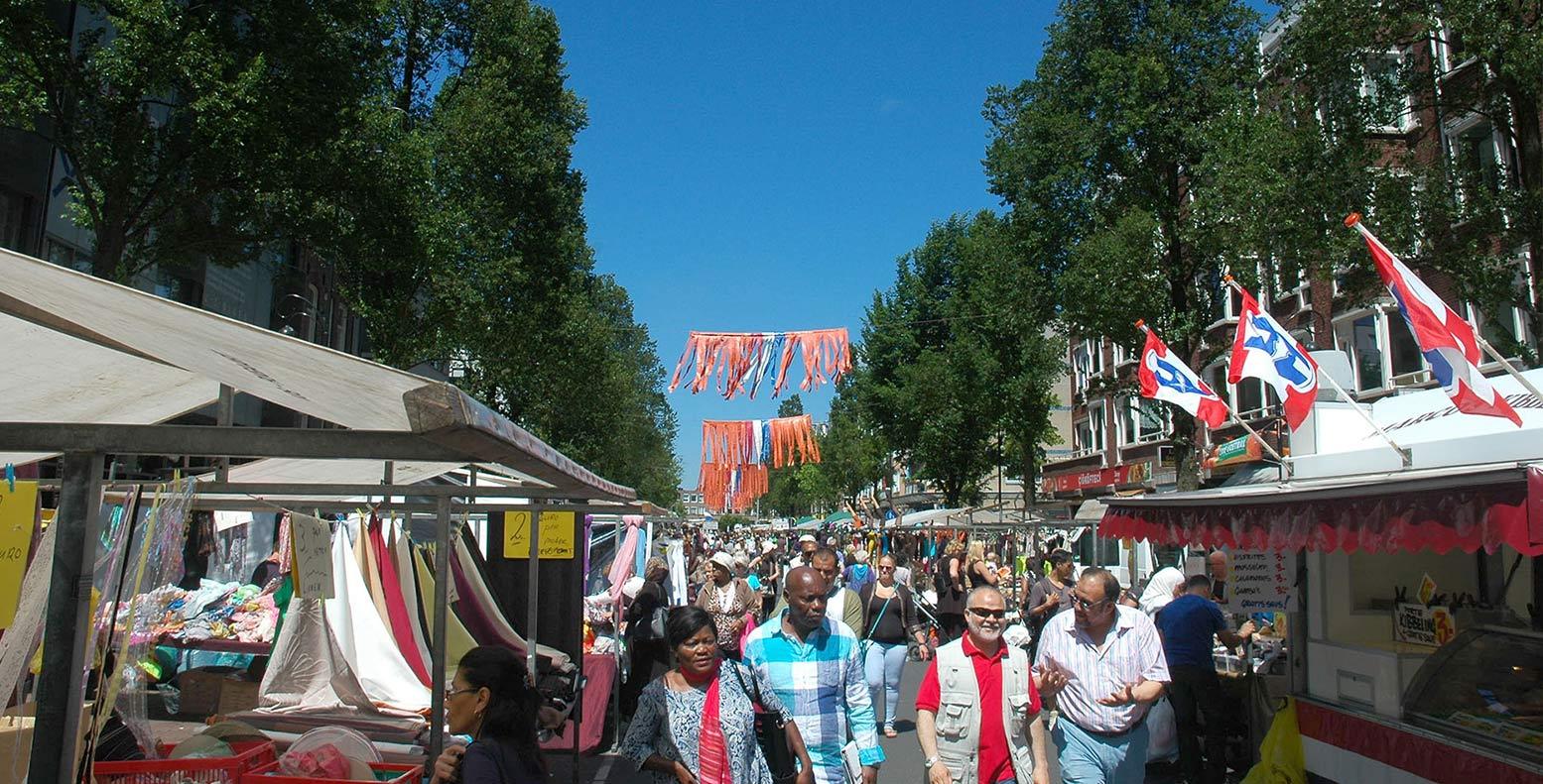Dappermarkt ter hoogte Commelinstraat gezien richting Mauritskade, oranje vlaggen hangen boven markt i.v.m. WK