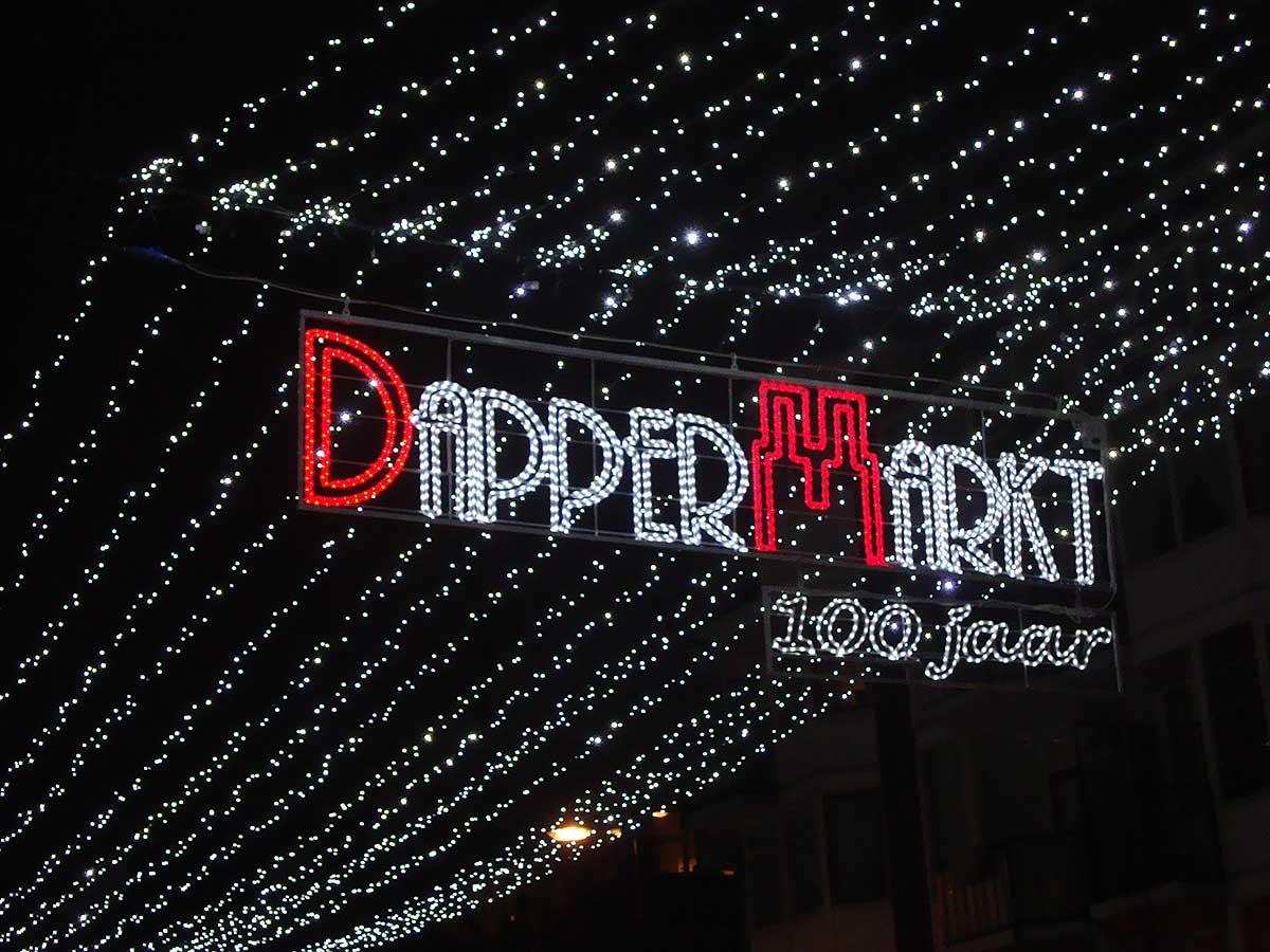 Close-up shot van feestledverlichting Dappermarkt 100 jaar in het donker