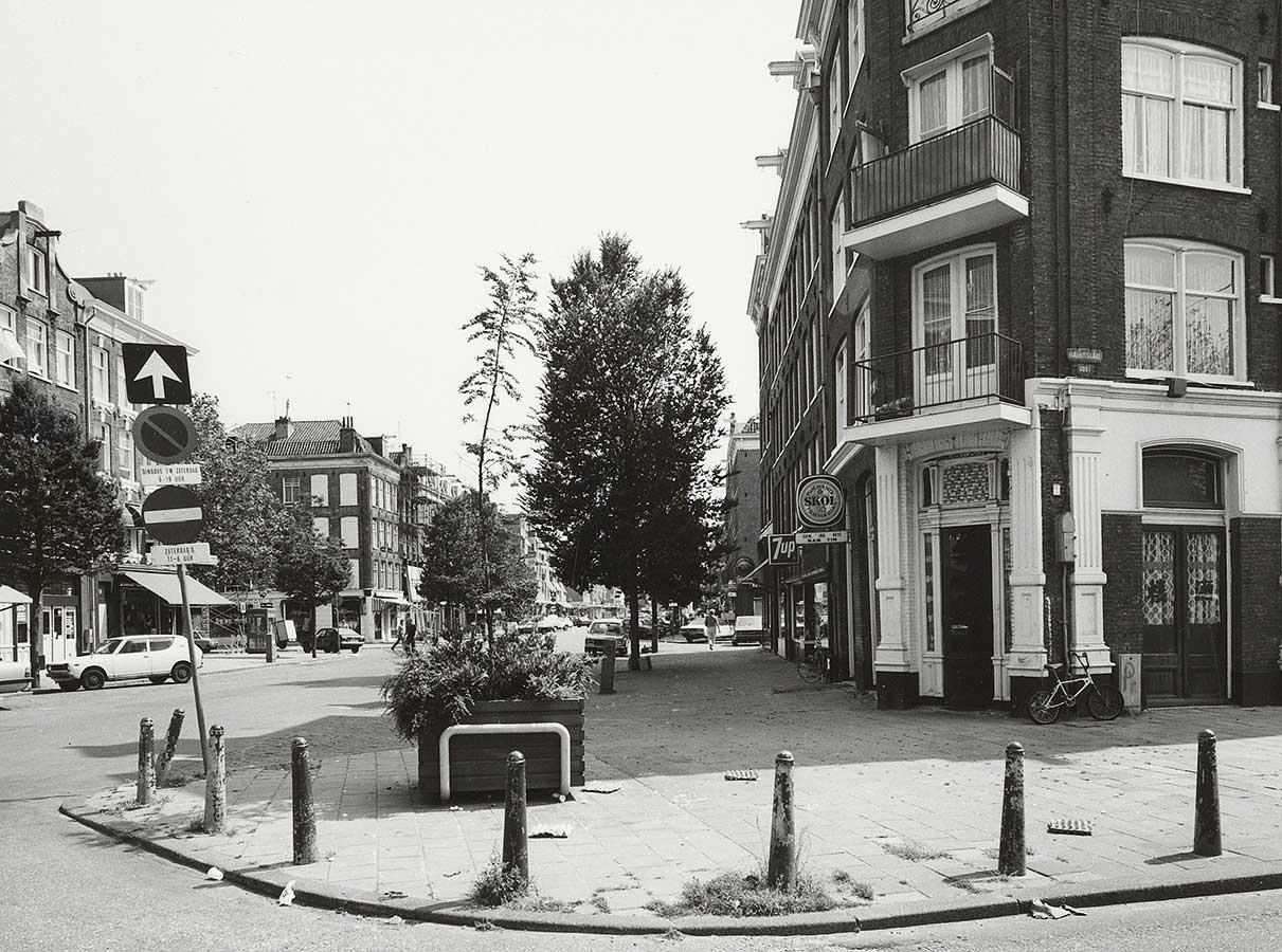 Dapperstraat 11 brede stoep met op de hoek allemaal Amsterdammertjes