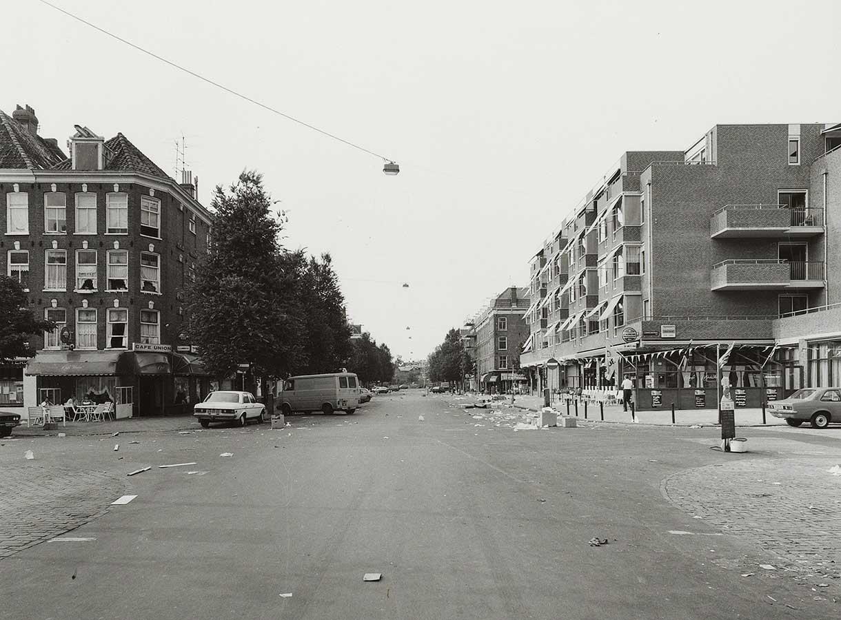 Lege Dapperstraat op een paar geparkeerde auto's en de rommel na.