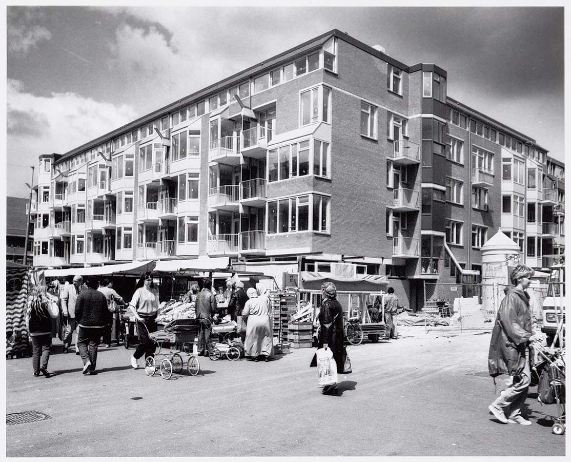 Op voorgrond Dappermarkt, rechts ingang Wagenaarstraat met peperbus.