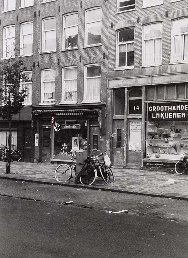 Foto van Dapperstraat met etalage Westerveld en Groothandel L.N.Kuenen